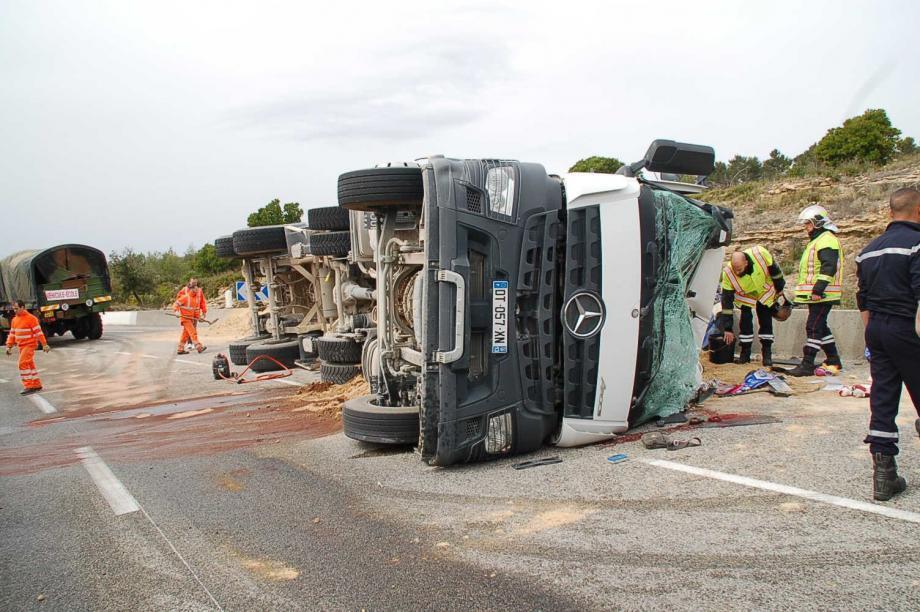 Après avoir heurté une voiture, le camion a basculé sur le côté. Le chauffeur, qui a dû être extrait de la cabine par les pompiers, n'a pu être ranimé.