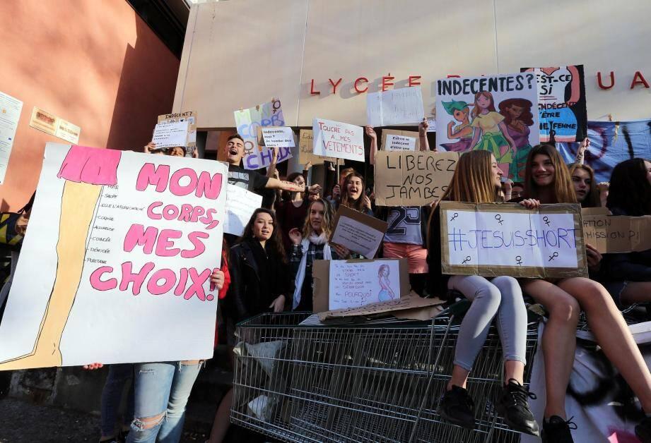Les élèves bloquent le lycée Raynouard pour défendre leur droit de porter shorts, jupes et débardeurs.
