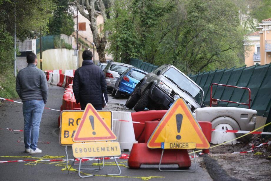À Cagnes, un mur et les voitures garées tout près menacent de tomber sur une résidence de plusieurs appartements, située en contrebas.