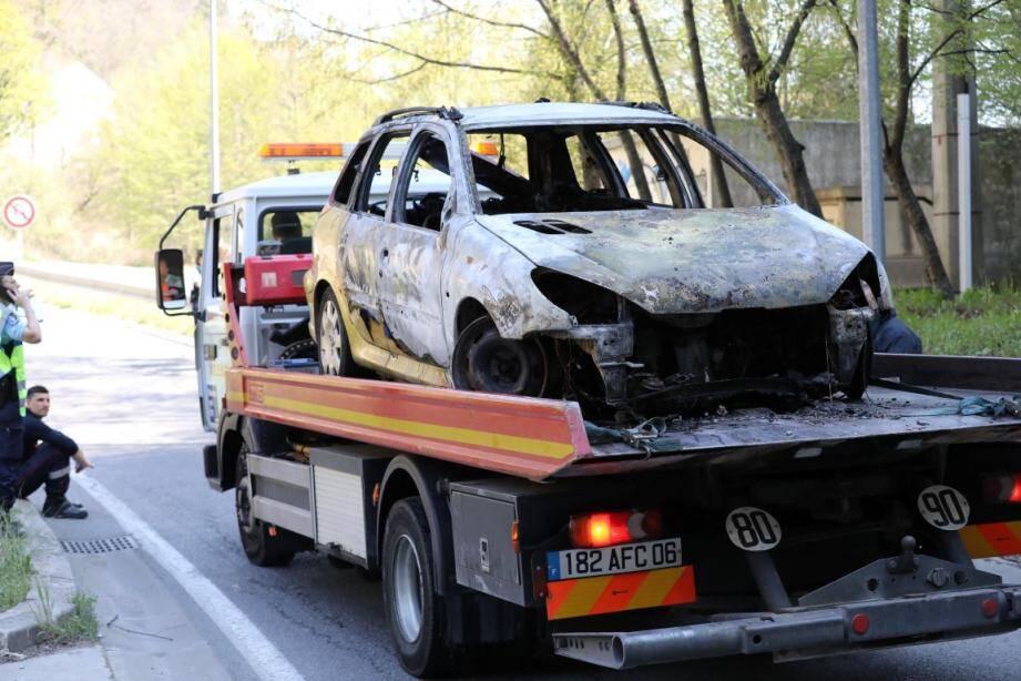 La voiture s'est enflammée avant de s'immobiliser au milieu du tunnel.