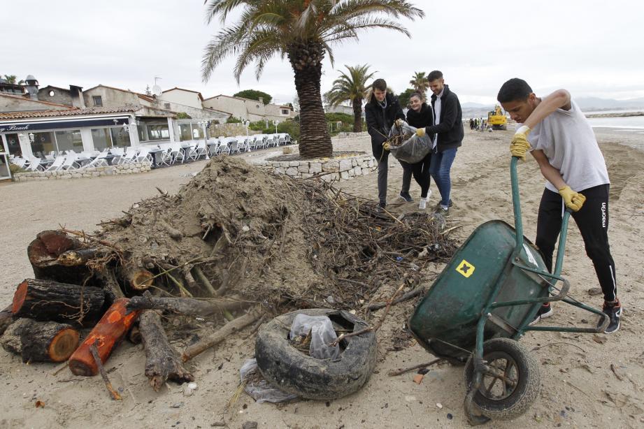 Le nettoyage des plages villeneuvoises se poursuit.