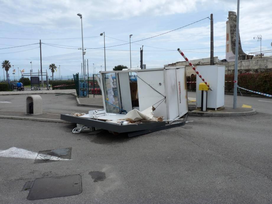 La cabine de la station-service d'Intermarché éventrée par la trombe marine.