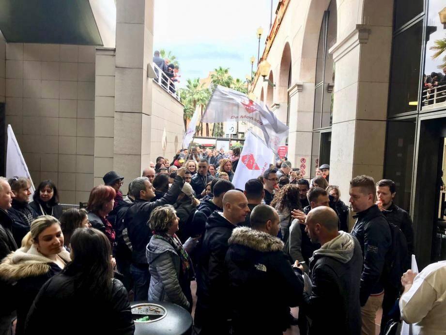 Les grévistes ont appelé à la démission de la directrice du magasin samedi.