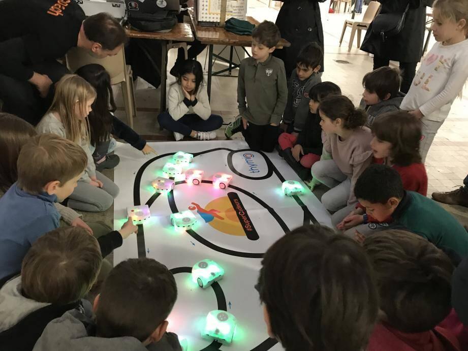 Les écoliers se sont amusés à «programmer» les robots Thymio.