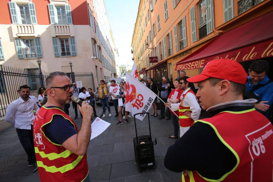 Les représentants syndicaux se sont réunis mercredi matin devant l'hôtel de ville de Nice.