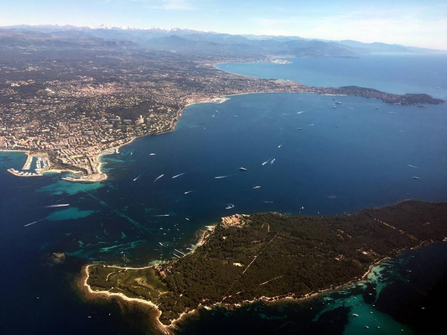 Vue aérienne des îles de Lérins, Cannes, Golfe-Juan et Antibes.
