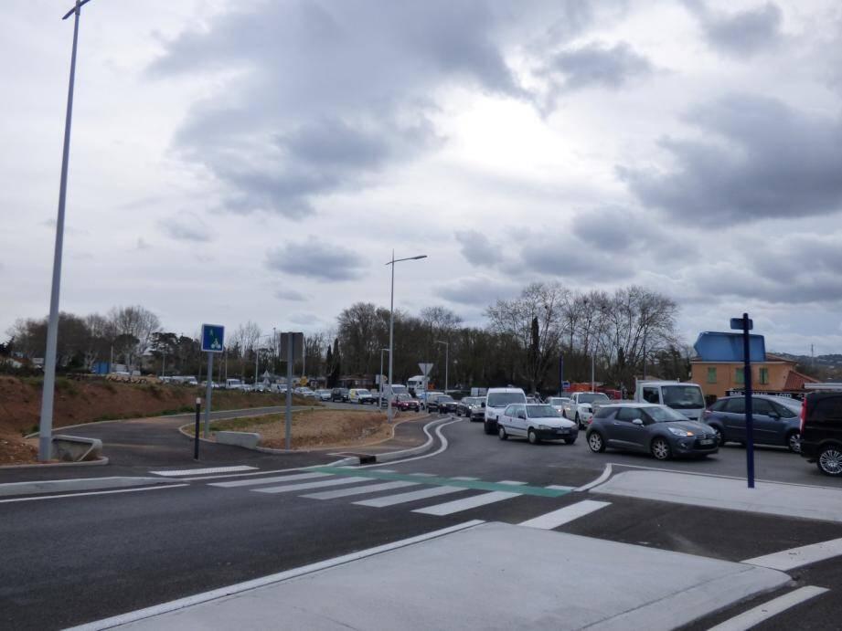 La longue file de véhicules démarre de la double voie qui mène à Sainte-Maxime jusqu'à La Foux. Des embouteillages dûs aux travaux de la RD61, entre Grimaud et Cogolin.