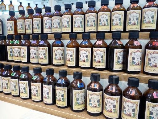 Illustration / Des flacons test dans un atelier de création de parfums.