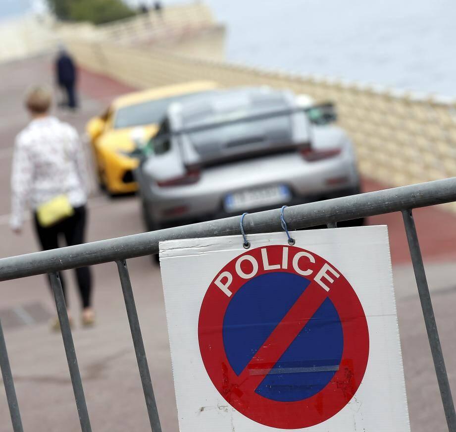 Faute de places en fourrières, les autorités ont dû parquer des bolides dans des lieux insolites comme ici sur la digue du port à Fontvieille.