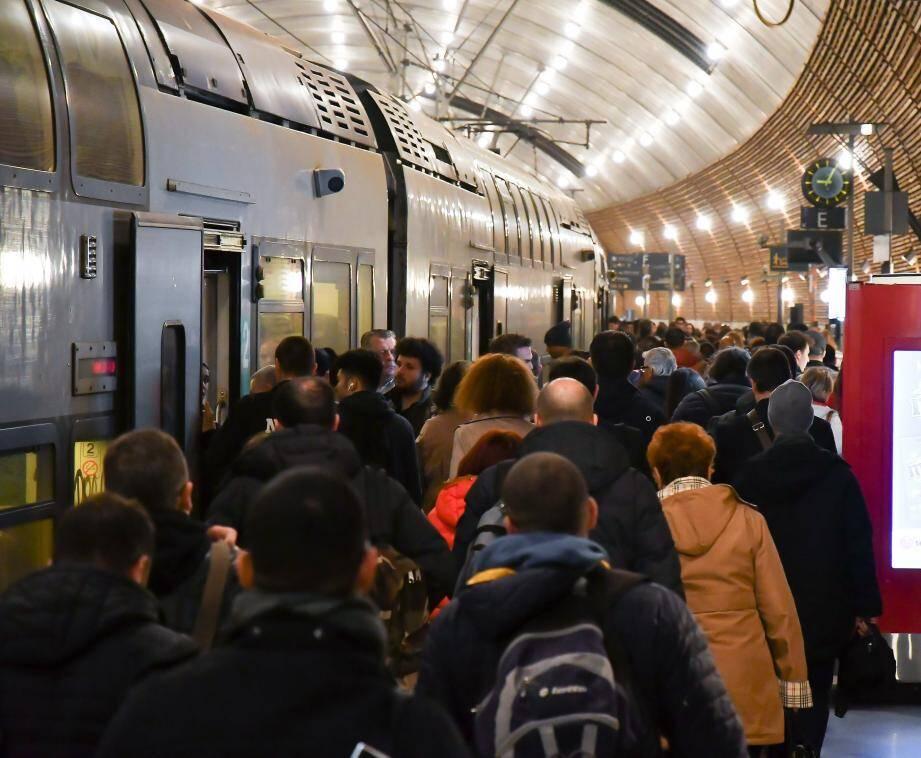 Les quais de gare, comme ici à Monaco, étaient forcément bondés en ce premier jour de grève.