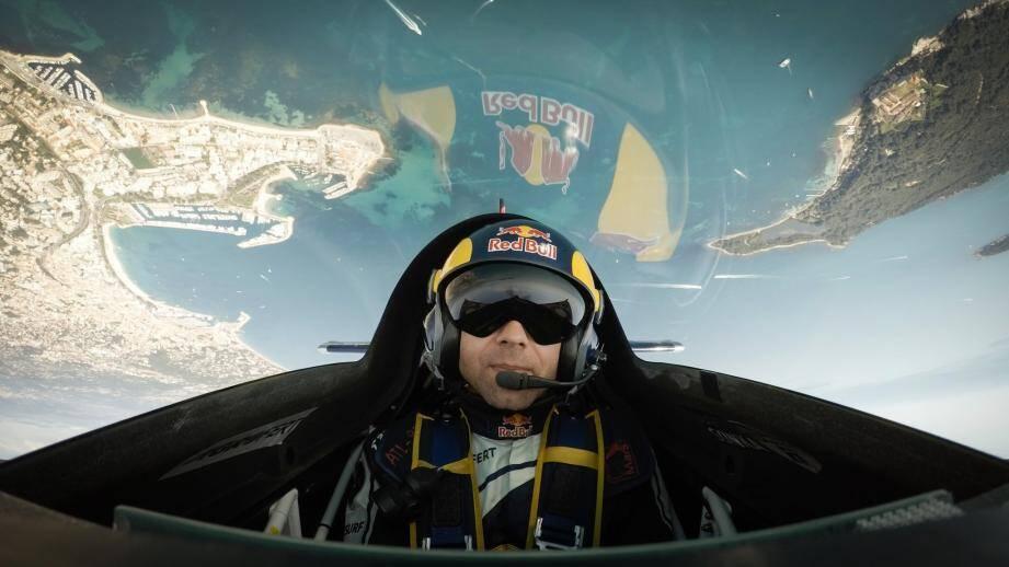 Le pilote Martin Sonka nous offre une vue hallucinante de la Pointe Croisette et de l'île Sainte-Marguerite.