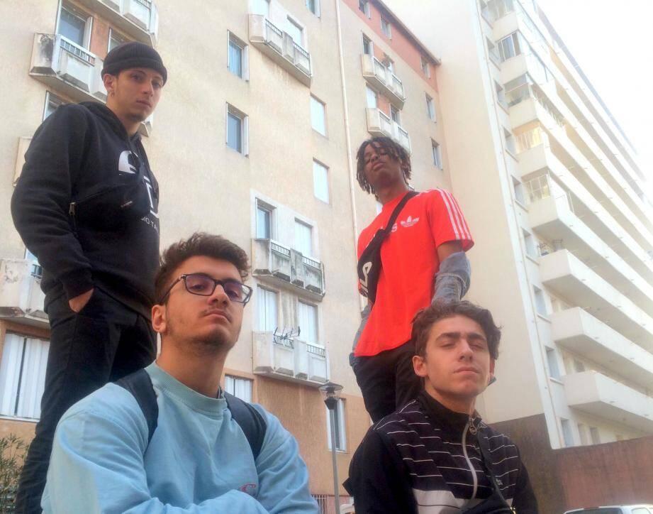 Les rappeurs toulonnais Mike (en bas à gauche), Bobby, Filisan et Walz composent le collectif YS Squad. De plus en plus de public apprécie leur talent d'improvisation et de composition.