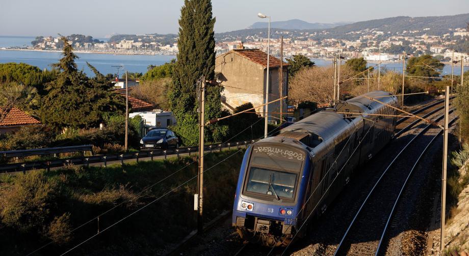 Passage d'un train entre Bandol et Sanary  (Photo d'illustration).