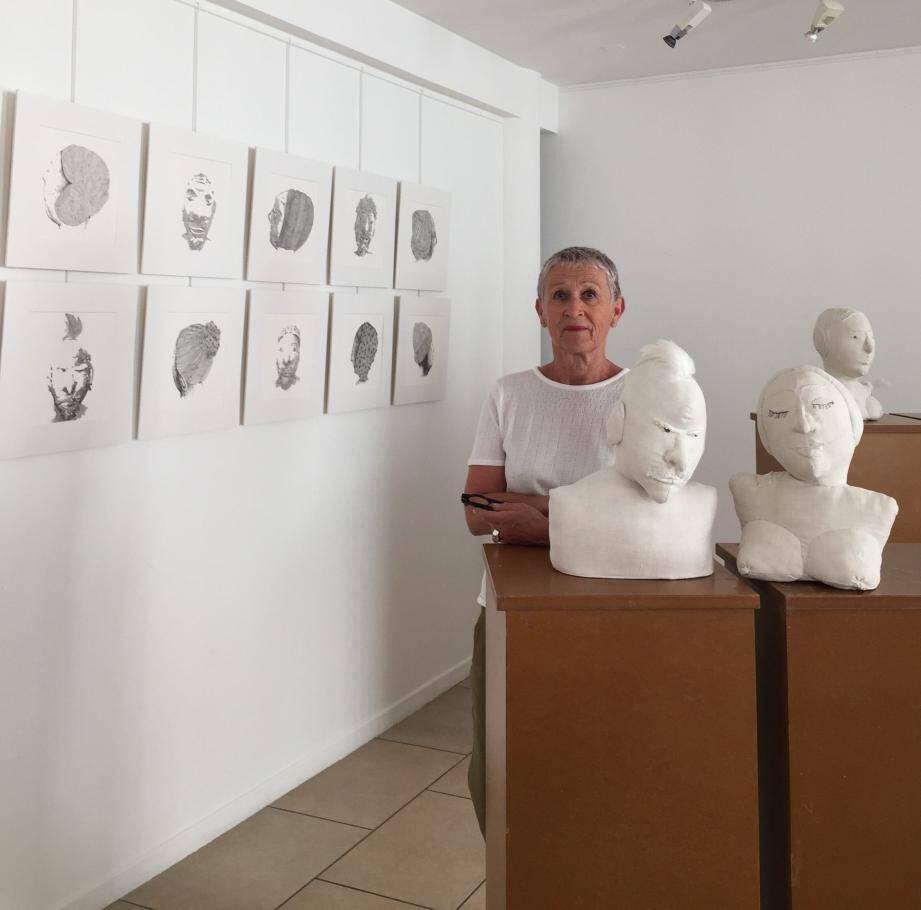 Nandre et les bustes de ses ancêtres réalisés dans de vieux draps de chanvre.