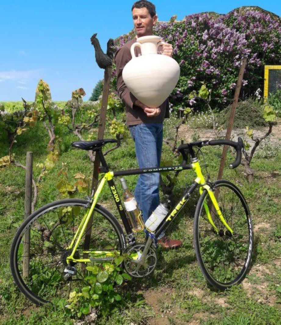Olivier, son vélo et l'amphore massaliète. Il sera au départ de Marseille, le 11 mai, pour arriver à Bordeaux huit jours plus tard.