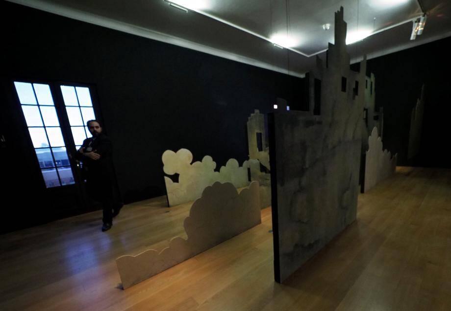 Dans les salles du musée, des fragments de décor d'opéra créent l'atmosphère d'un jardin pensé par l'artiste.
