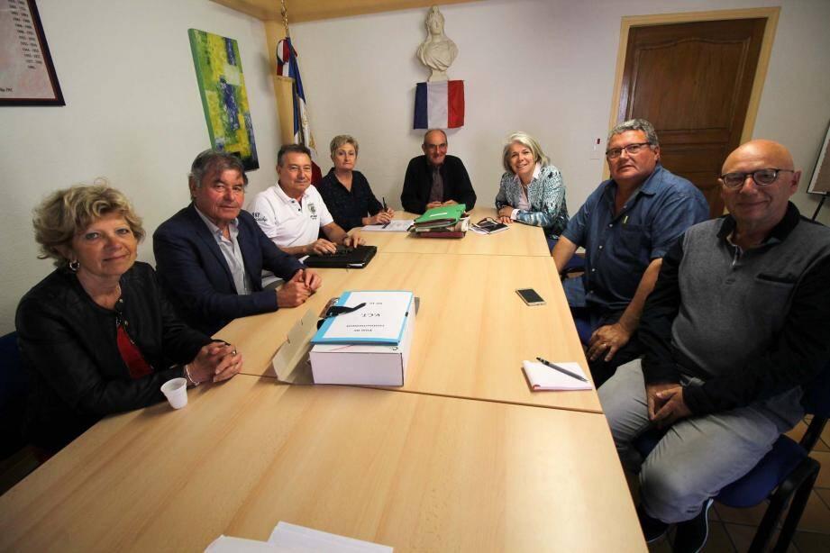 Une occasion très appréciée par les élus de pouvoir débattre, échanger, en toute simplicité, avec la députée Sereine Mauborgne (3e à droite).