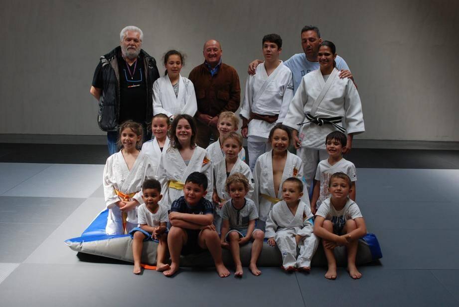 Les jeunes participants en compagnie de leur entraîneur Yvan Maubé (à droite), de Jean-Pierre Le Van Da, adjoint aux sports (au centre), et du président du club de judo Christian Maubé.