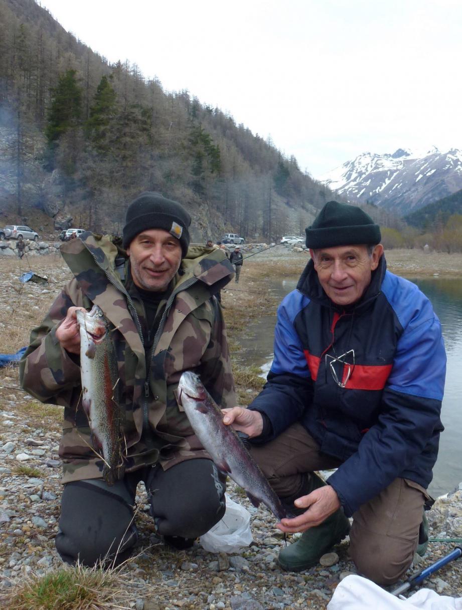 Eugène et Jean-Jacques ont pêché des truites arc-en-ciel et des saumons de plus d'1 kg.