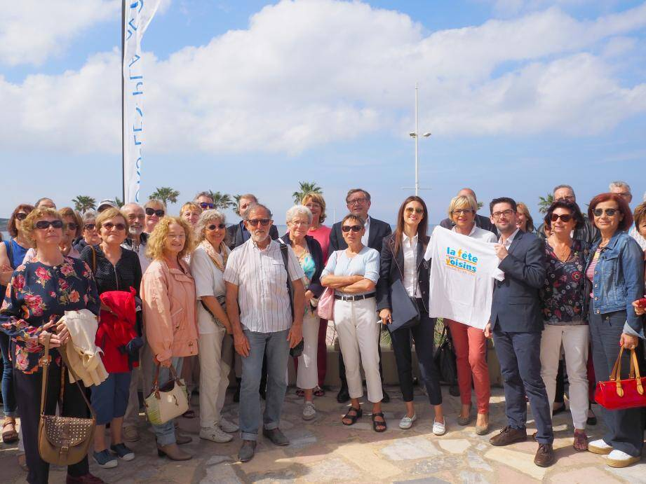 Le maire Jean-Sébastien Vialatte (au centre, au 2e plan) et ses élus sont entourés de voisins férus de la fête et qui commencent déjà à s'organiser.
