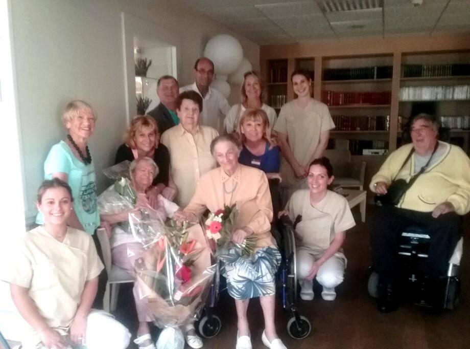 L'anniversaire a été célébré en présence du maire et du personnel d'Aigue Marine.