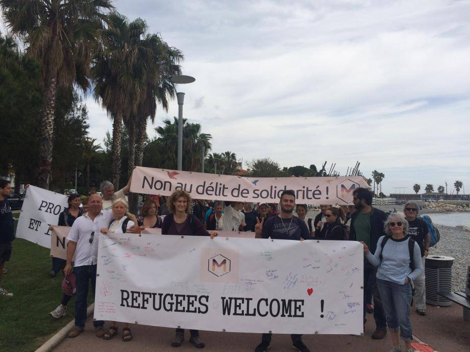 Après la pause déjeuner sur le bord de mer de Cagnes, les participants ont repris leur marche. Prochaine étape : Antibes.