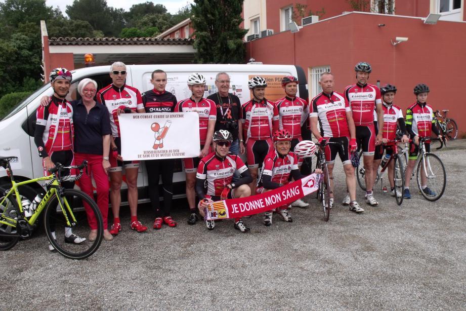 Avant le départ, depuis le Mas des Portes de Provence, Sébastien Piat (4e à gauche) en présence du club cycliste Centre Var, de son président, Fabrice Lajara (3e à gauche) et de Michèle Kanar (2e à gauche), présidente des Donneurs de sang du Cannet.