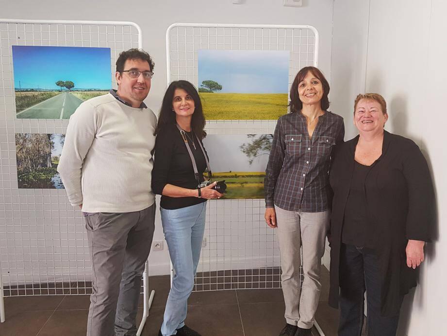 Xavier Baré et Sylvie Mathieu (à droite), président et secrétaire de PhotoMenton, avec la photographe Lisa Derea Frederiksen ainsi que l'adjointe à la culture Isabelle Osché (au centre).