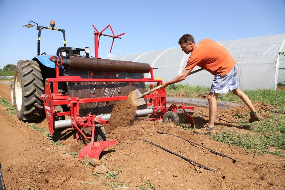 Les testeurs, comme Steven Martens, s'initient aux diverses techniques et à l'utilisation du matériel agricole mis à leur disposition, ainsi que les terres cultivées.