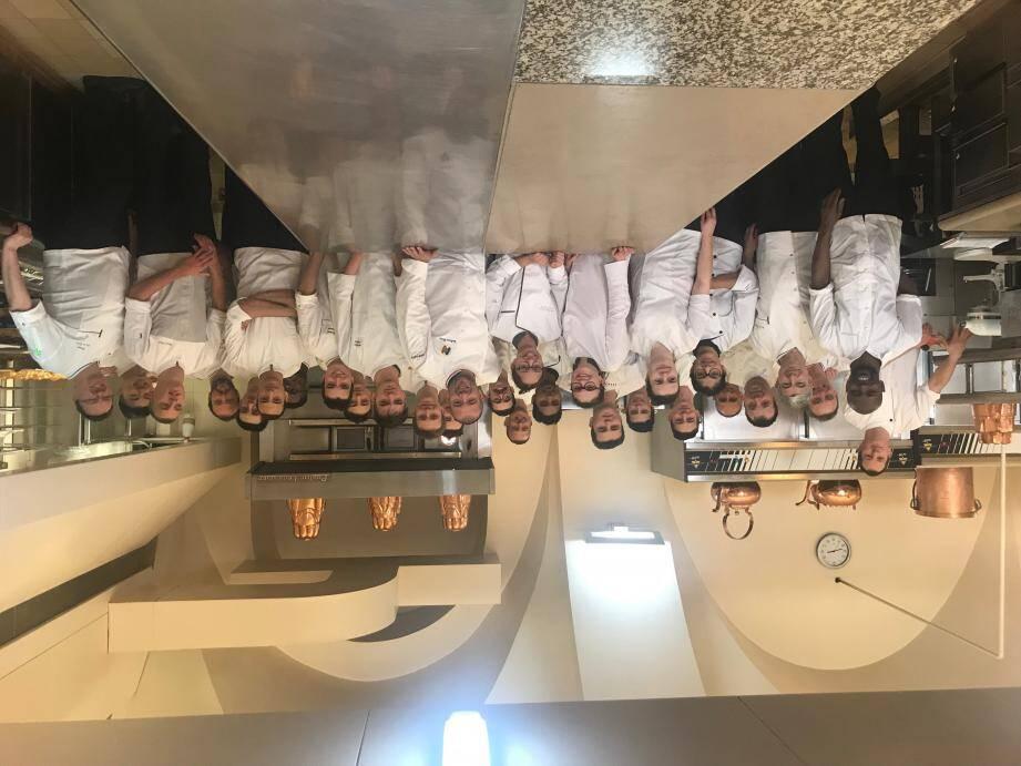 Lucie entourée de la brigade de la cuisine du Palais de l'Élysée et, ci-contre, aux côtés du meilleur ouvrier de France et chef cuisinier du palais de l'Élysée, Guillaume Gomez.(DR)