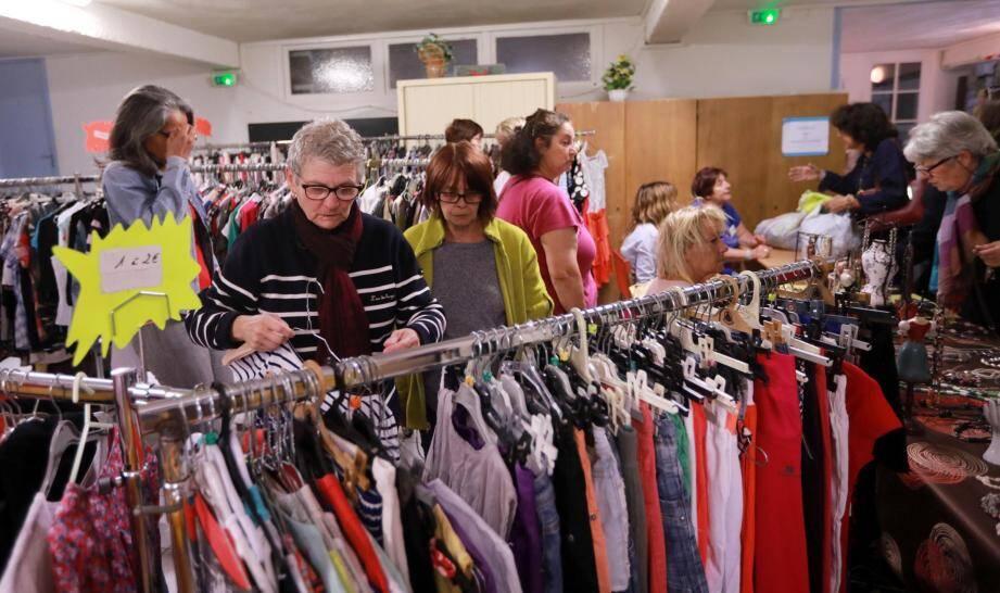 Beaucoup de vêtements et beaucoup de monde pour chiner, hier lors de la première journée de brocante organisée par les équipes Saint-Vincent.