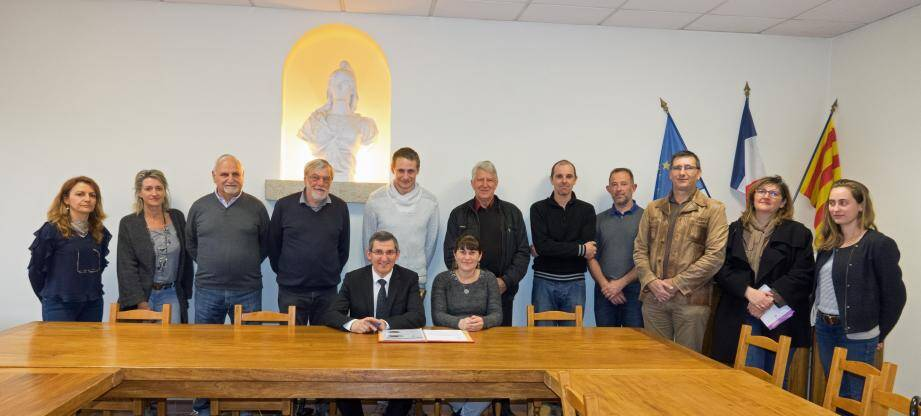 Lors de la signature du bail par Odeline Luiggi et le maire Jean-Marc Délia au centre.