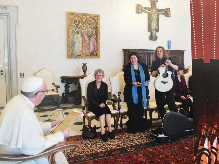 Le pape François a reçu dans la bibliothèque les deux artistes brignolais et un groupe de personnes invités par Henryane de Chaponay.