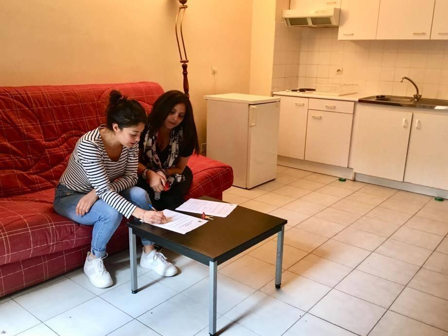Les deux travailleurs sociaux du CCAS de Beausoleil ont accompagné Muriel jusqu'à sa récente  réinsertion dans le milieu professionnel. Ici, dans le logement temporaire géré par la structure.   (DR)