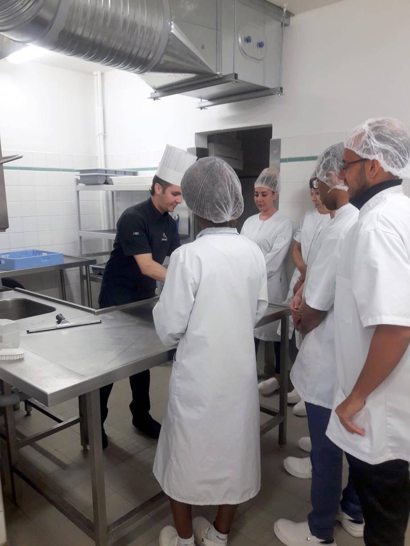 Les stagiaires ont suivi une formation sur les bases de la sécurité et d'hygiène alimentaire en cuisine.