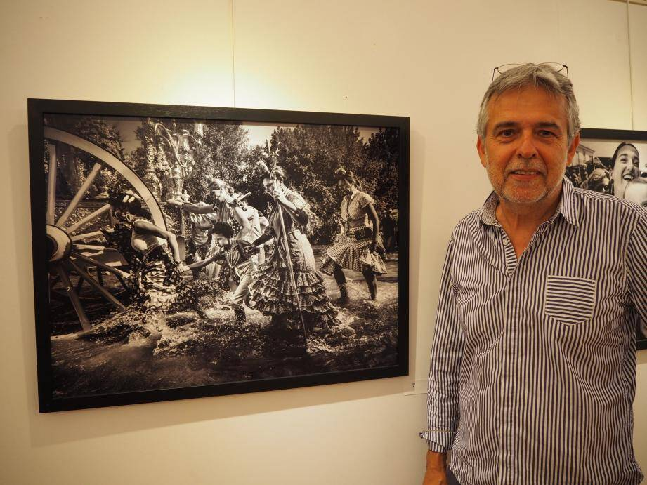 Jean-Claude Martinez devant un de ses clichés représentant le pèlerinage du Rocio, en Andalousie.