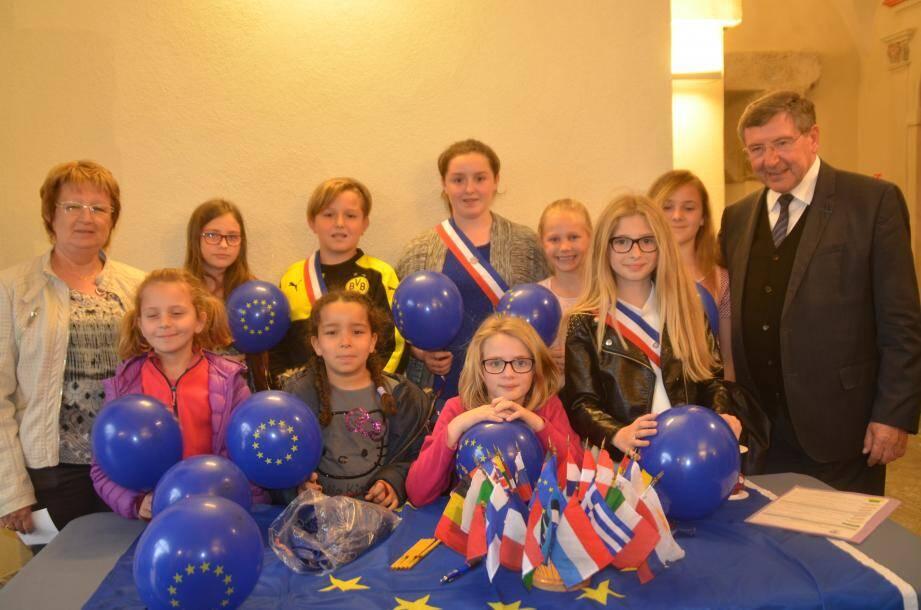 Robert Bénéventi, ici avec les membres du conseil municipal des enfants, souhaite associer la jeunesse à cette fête de l'Europe.