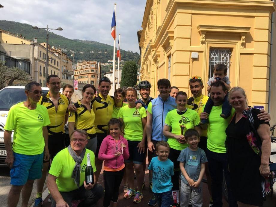 Après trois semaines et 3 000 km d'efforts, le policier municipal grassois (à droite, lunettes dorées sur la tête), et son équipe logistique, a été accueilli par les membres de l'association « Les Chaussettes Jaunes » et le maire, Jérôme Viaud.(DR)