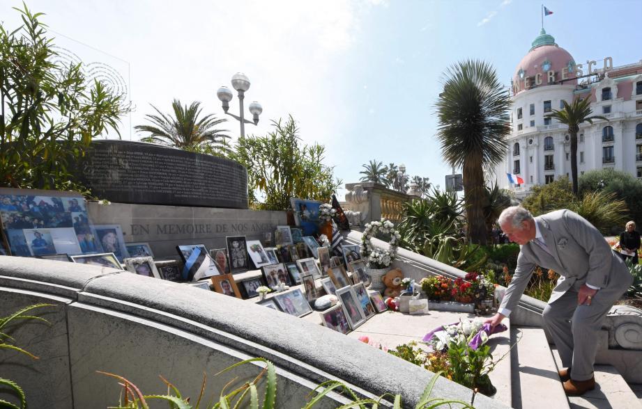 Temps fort de la journée : l'hommage du prince Charles aux victimes de l'attentat du 14 juillet 2016. Des fleurs, des pleurs, du cœur…