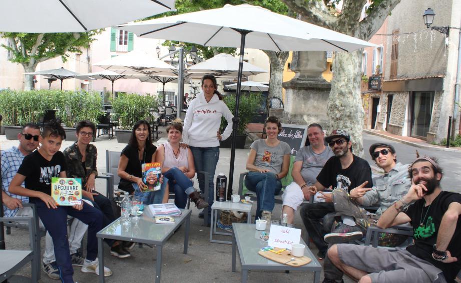 Les artistes Jérémy, Sébastien El Fantasma, Deux934, Audrey Gnea, Elodie alias Eco-lodie ont participé au café Street Art organisé samedi aux Délices des filles.