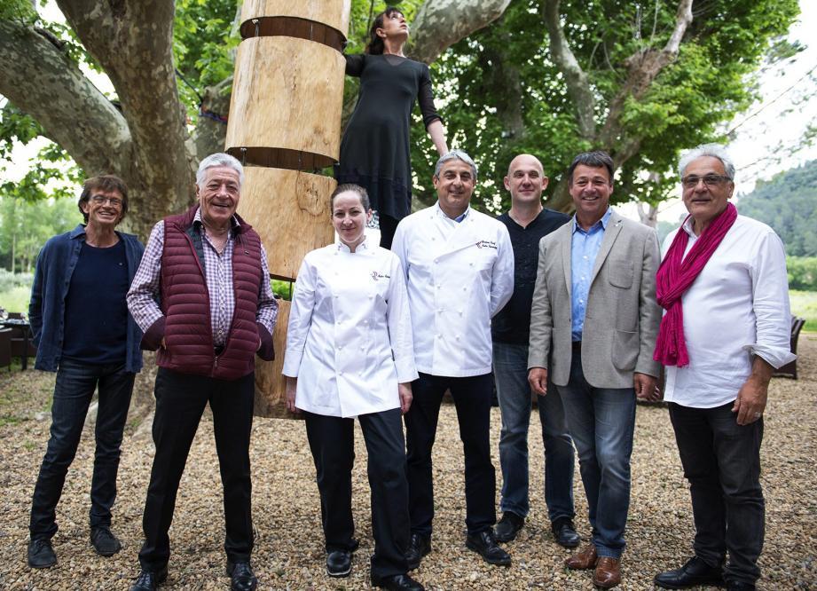 Les artistes, en présence de Claude Pianetti, maire, et des différents protagonistes.