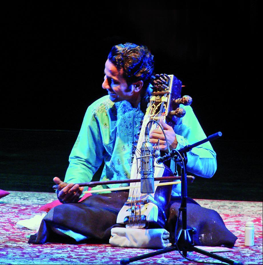 Sabir Khan joue du sarangi, un instrument à cordes frottées.(DR)