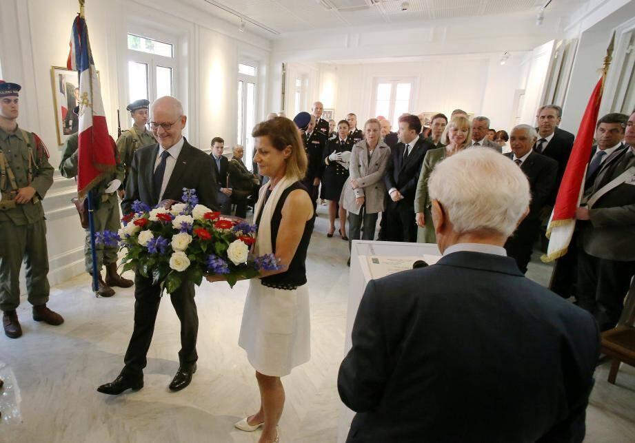 Dépose des gerbes par le ministre d'État et l'ambassadrice de France à Monaco.
