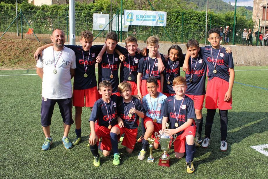 Les U13 de l'ASPTT Hyères, vainqueur du tournoi avec un formidable gardien décisif.