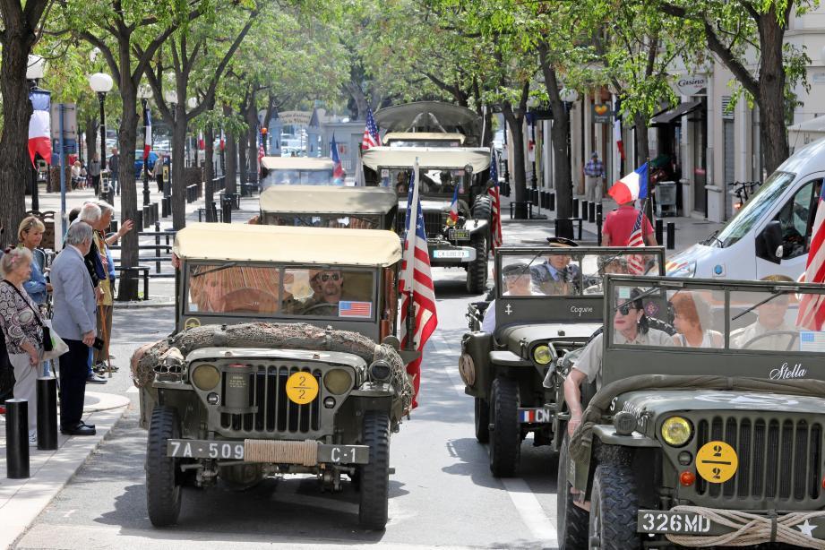 Les véhicules d'époque de l'armée américaine roulait en souvenir de libération dans les rues de Cagnes