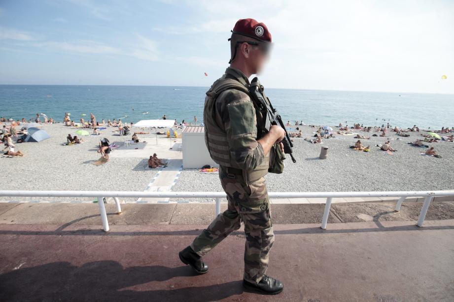 Un militaire de l'opération Sentinelle sur la promenade des Anglais, le 27 juillet 2016, treize jours après l'attentat.