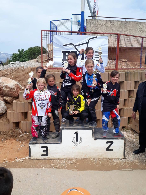 Le podium des pupilles filles et la belle troisième place de Léa Giraud.