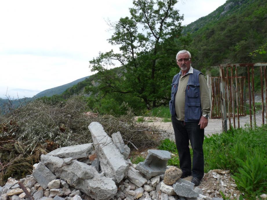René Trastour, le maire de Conségudes, regarde désabusé la décharge sauvage qui ne cesse de grandir à l'entrée de son village. « On a beau avoir fermé les grilles, installé deux cadenas et un panneau. Tout a été arraché. Et quand c'est fermé, ils jettent par-dessus ».