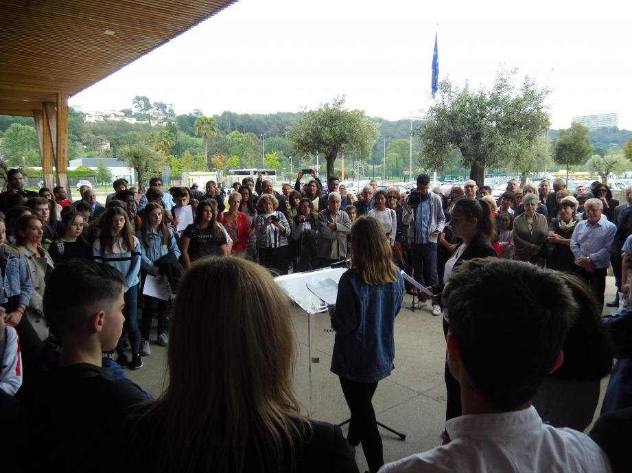 Sur le Parvis de l'Europe, les élèves de trois classes du collège Romée ont pour lire à tour de rôle un texte relatant la vie de Simone Veil avant d'entonner l'hymne européen.