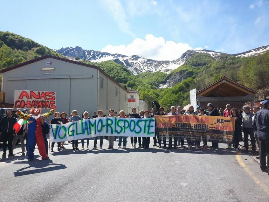 Les manifestants souhaitent que les travaux reprennent.